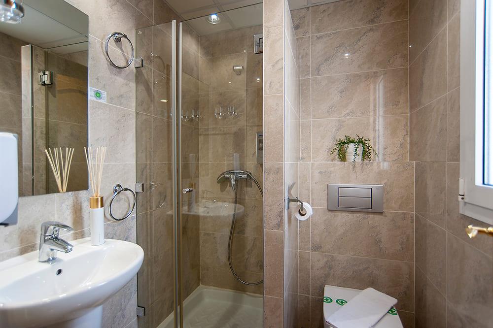 hostal-izaga-pamplona-habitacion-baño